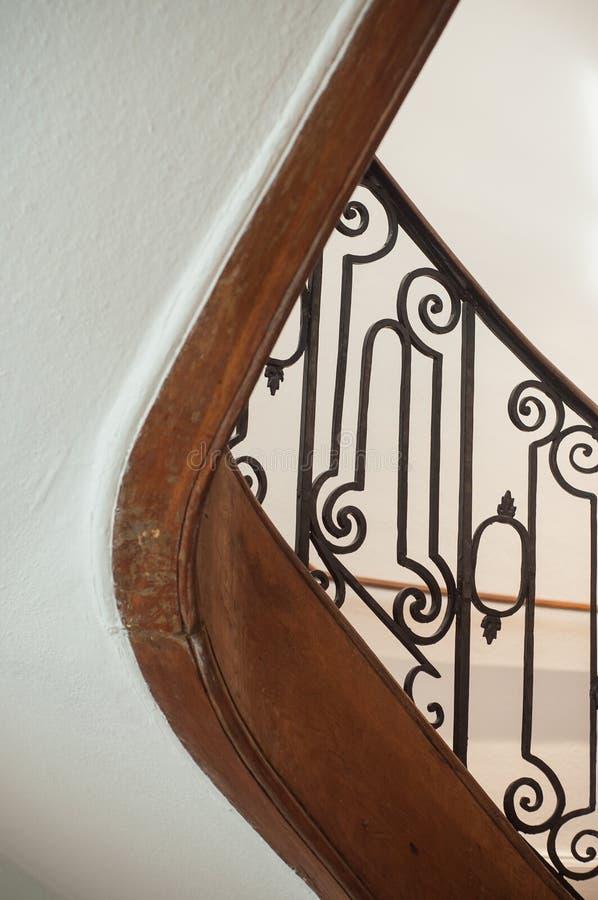 有金属舷梯的木古老台阶 免版税库存图片