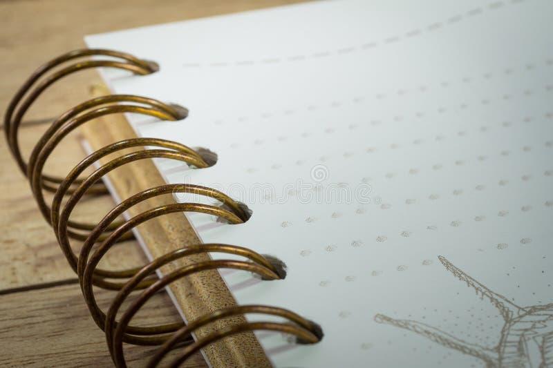 有金属黏合剂的古色古香的笔记本在木背景 免版税库存照片