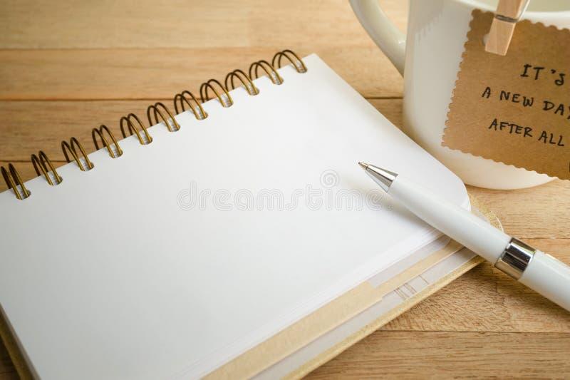 有金属黏合剂的古色古香的笔记本在木背景 免版税库存图片