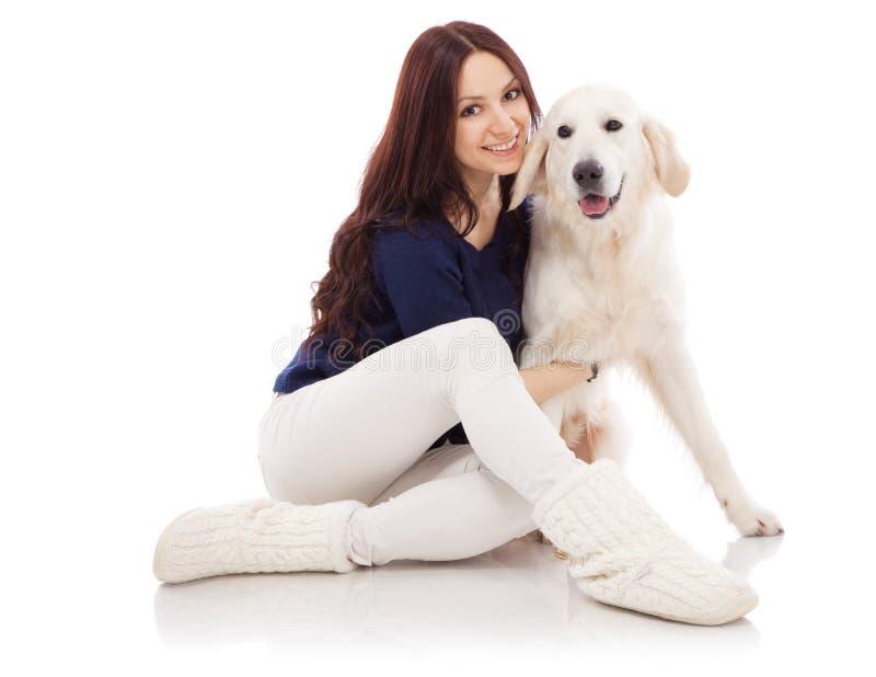 有狗的美丽的少妇 免版税库存照片