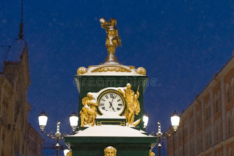 有金装饰和灯笼的绿色晴雨表手表在马来半岛Konyushennaya街道上在圣彼德堡在晚上 免版税库存图片