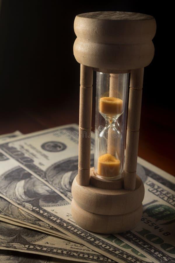 有金钱、时间和企业概念的静物画滴漏 库存照片