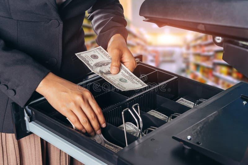 有金钱的女性手在超级市场商店 美国美元 美元 免版税库存图片