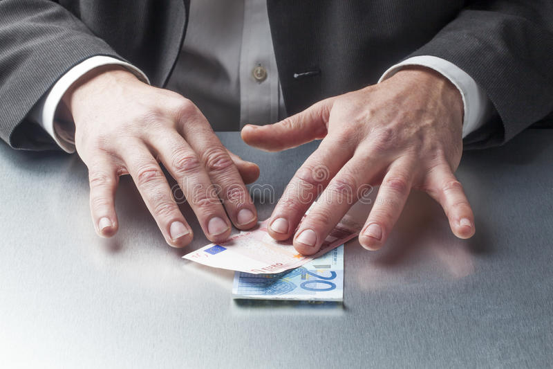 有金钱的想法的男性财务专家在他的书桌上 免版税库存图片