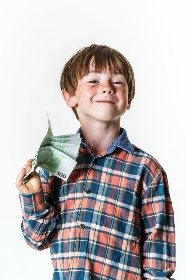 有金钱的愉快的红发男孩 免版税库存照片