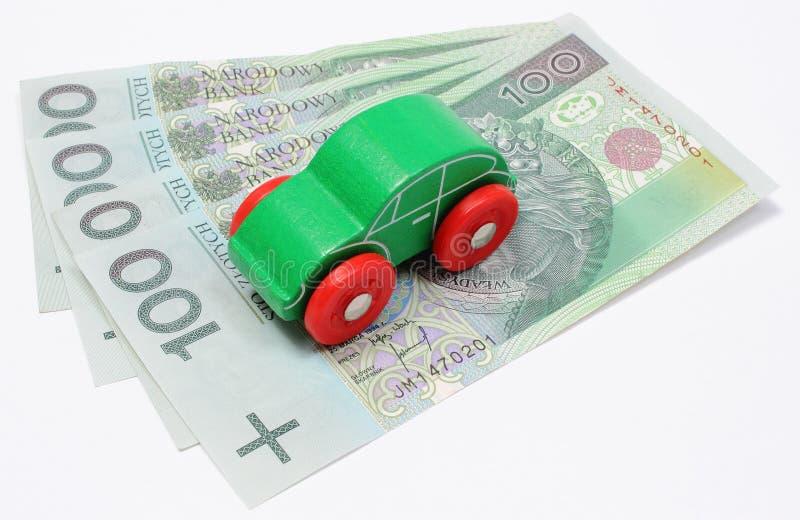有金钱的老绿色玩具汽车在白色背景 库存图片