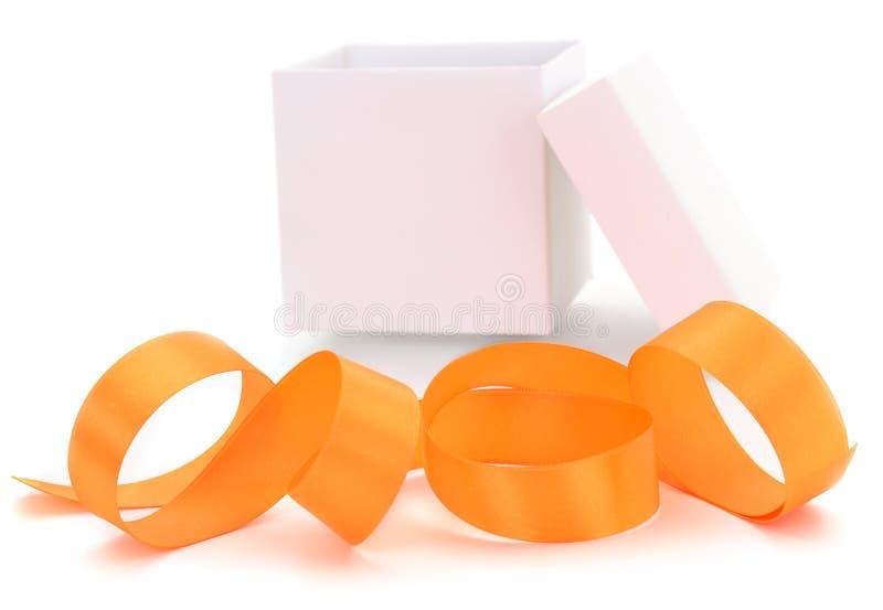 有金黄丝带的白色礼物盒 免版税库存照片