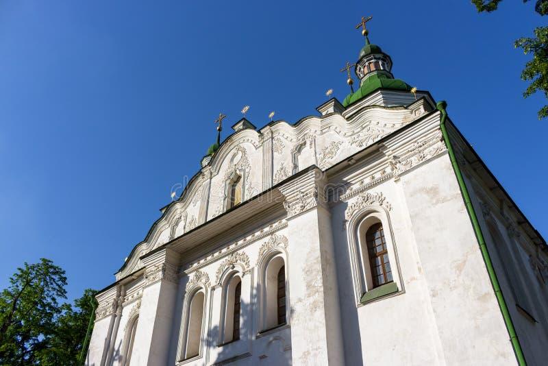 有金黄十字架的白色古老基督教会在反对清楚的蓝天的上面 宗教和信念概念 教会外部 库存照片