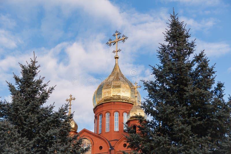 有金黄和被镀金的圆顶agai的老红砖基督教会 库存图片