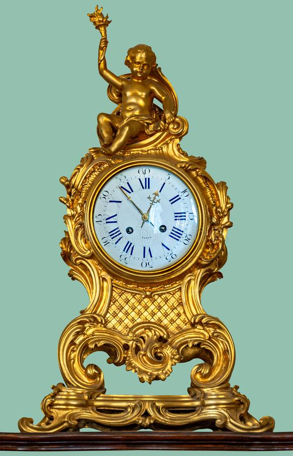 有金黄天使小雕象的古色古香的壁炉台时钟 库存图片