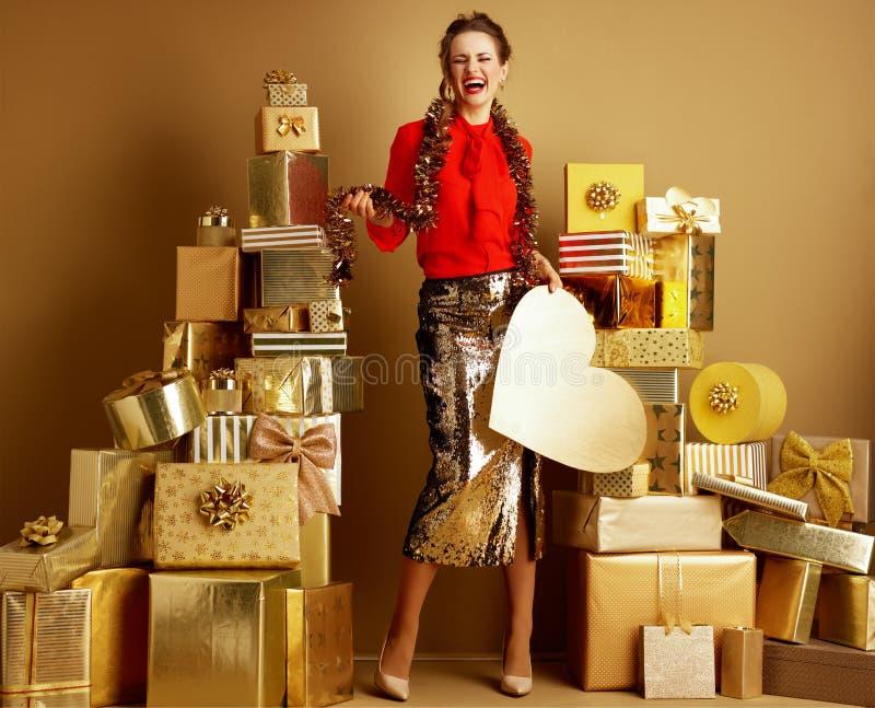 有金黄心脏和闪亮金属片的愉快的时髦顾客妇女 库存照片