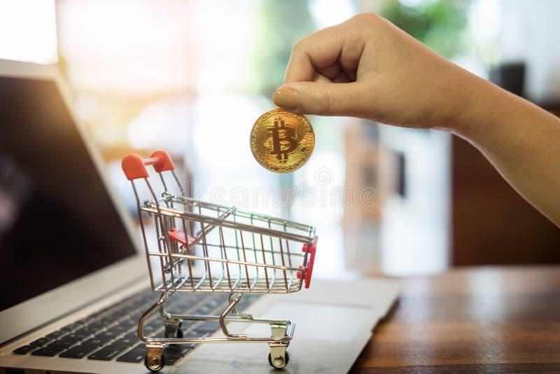 有金黄金属Bitcoin隐藏货币投资symbo的手 库存图片