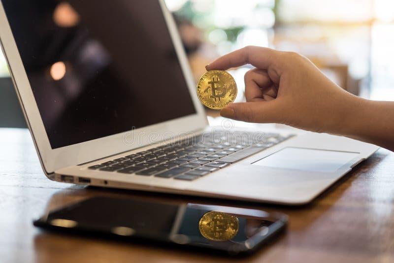 有金黄金属Bitcoin隐藏货币投资symbo的手 库存照片