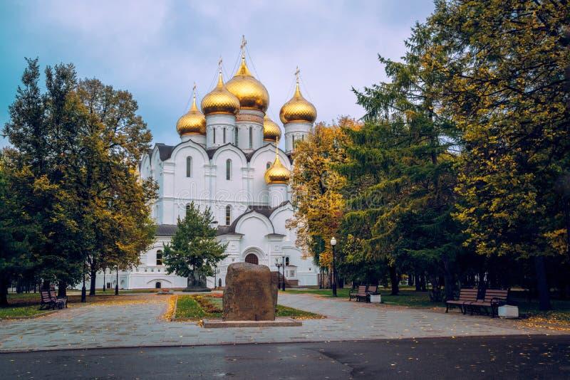 有金黄圆顶的假定大教堂,雅罗斯拉夫尔市,俄罗斯 免版税库存图片