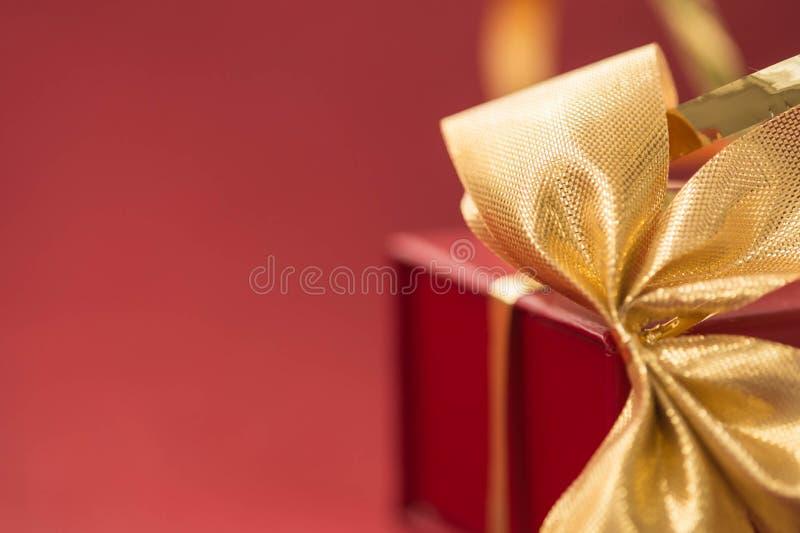 Download 有金黄弓的礼物盒在红色背景 库存图片. 图片 包括有 季节性, 冬天, 当事人, 金黄, 快乐, 生日, 装饰品 - 62528079