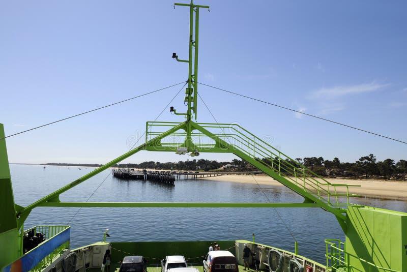 有金黄海滩的渡轮在视域 库存图片