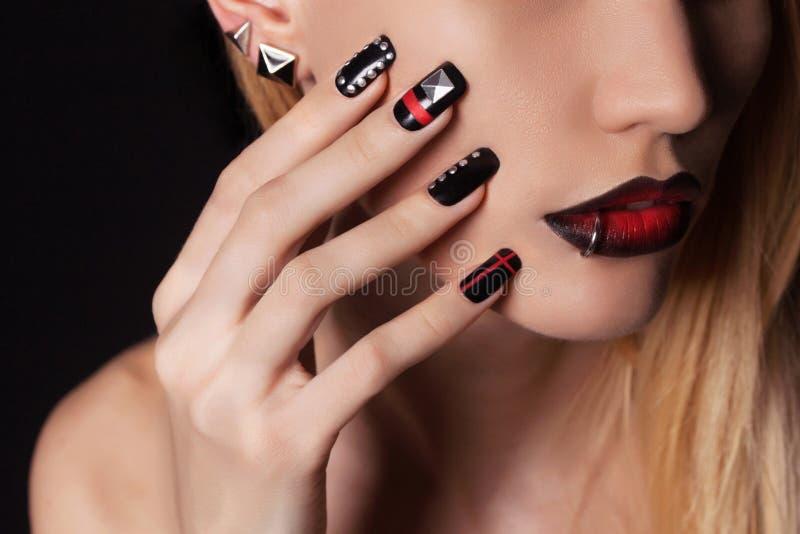 有钉子设计修指甲的妇女 免版税库存图片