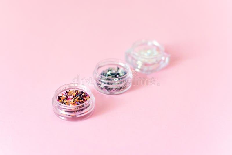 有钉子闪烁衣服饰物之小金属片全息照相的萤光各种各样的指甲艺术3D装饰的3个箱子 修指甲,胶凝体指甲艺术设计设备 库存图片