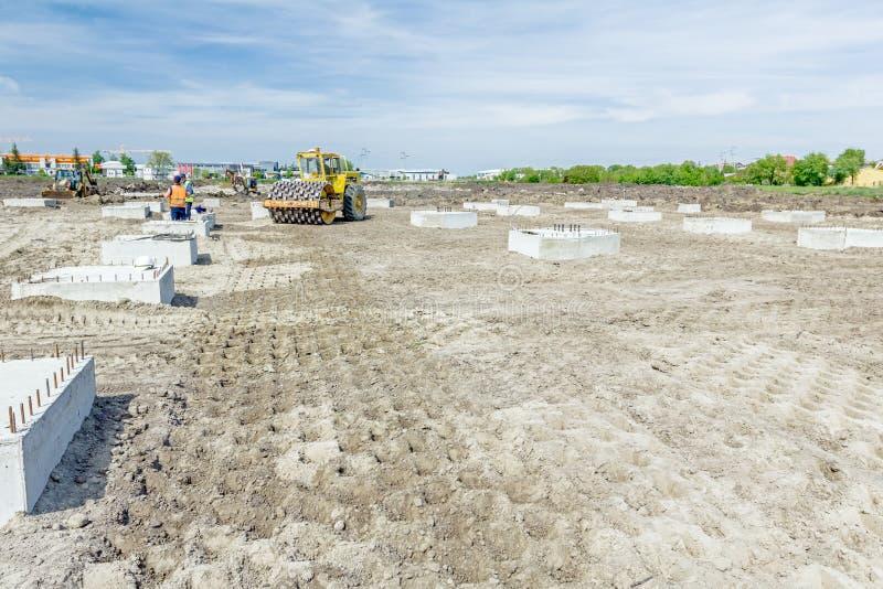 有钉的巨大的压路机在建筑变紧密土壤 免版税图库摄影