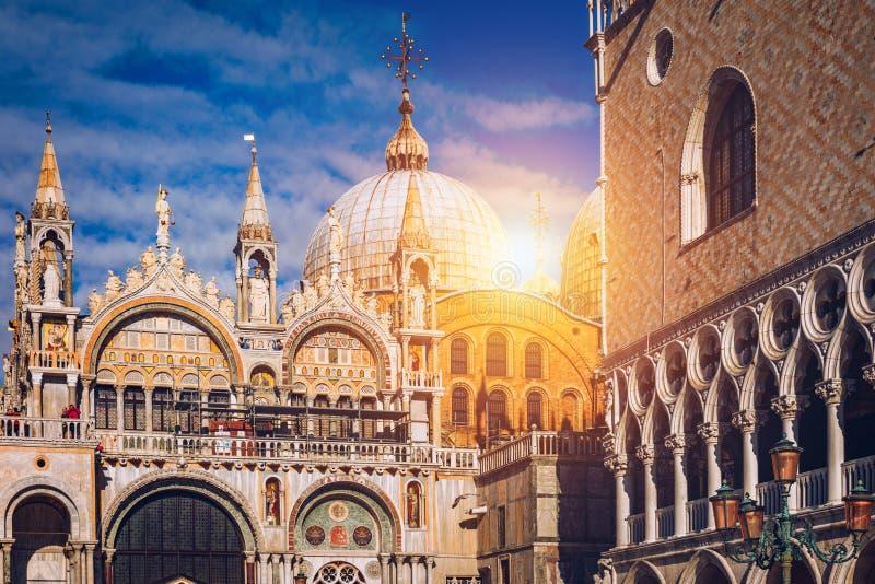 有钟楼和圣马克` s大教堂的圣Marco广场 老镇的大广场 意大利威尼斯 免版税库存图片