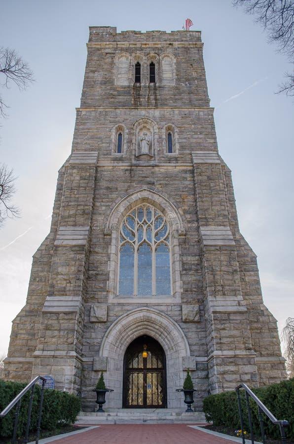 有钟楼的一个华丽哥特式石教会图片