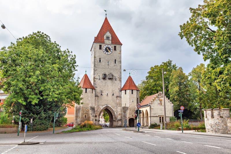 有钟楼的中世纪城市门在雷根斯堡 库存照片