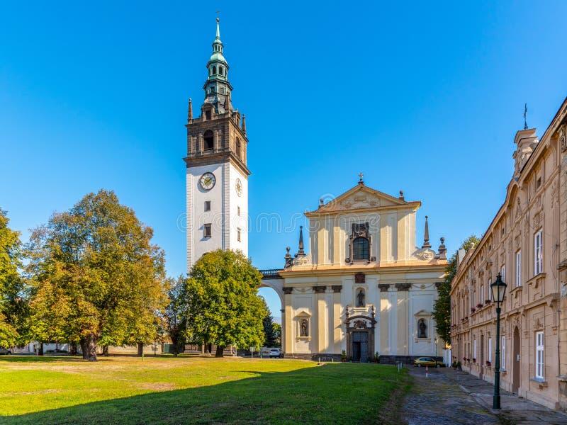 有钟楼的巴洛克式的圣斯蒂芬` s大教堂在大教堂广场在Litomerice,捷克 库存照片