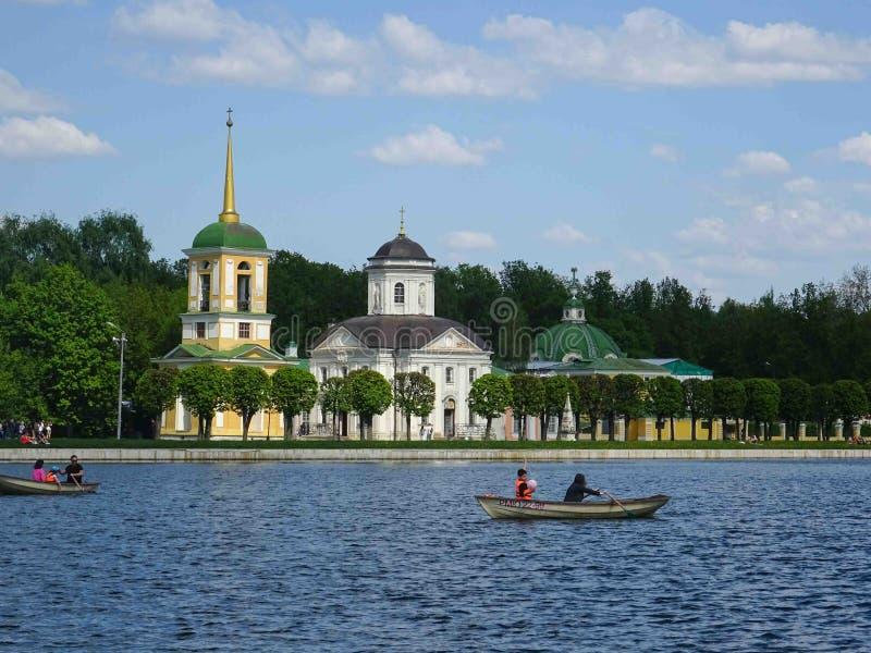 有钟楼的教会在Kuskovo 免版税库存图片