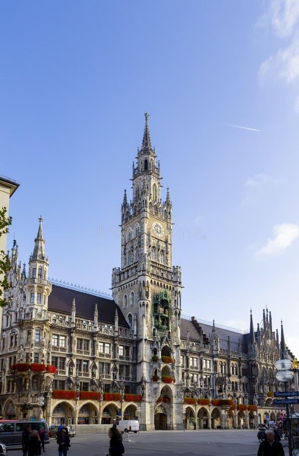 有钟楼的新村城镇厅在玛利亚广场中部广场在慕尼黑,巴伐利亚,德国 库存图片