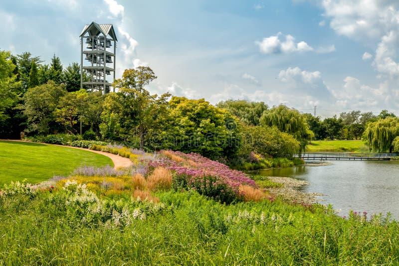 有钟琴钟楼的海岛在芝加哥植物园,格伦克,美国 免版税库存图片
