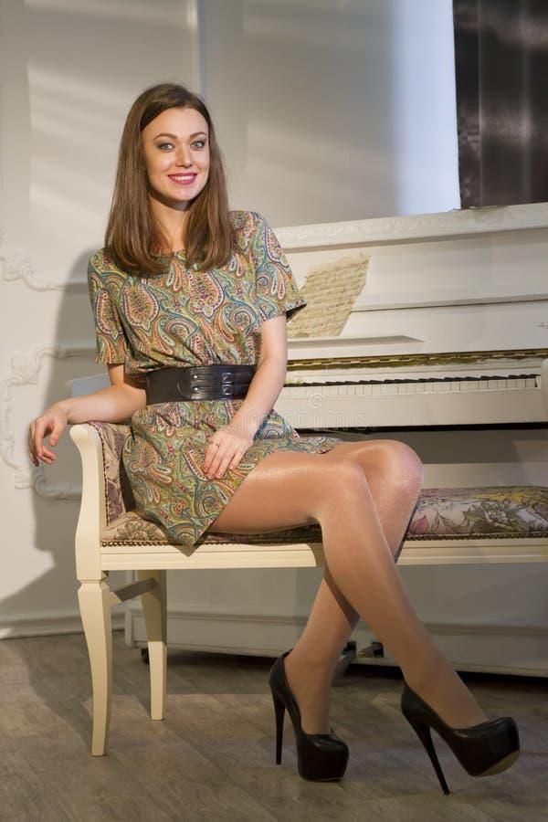 有钢琴的愉快的妇女 免版税库存图片