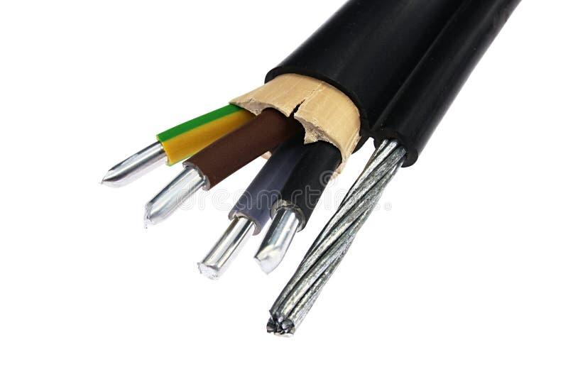 有钢索的铝电力电缆装置在边作为支持,报道在黑PVC夹克,内部米黄绝缘材料 免版税库存照片