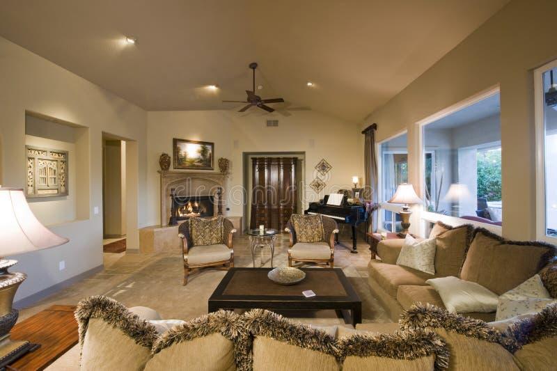 有钢琴的宽敞客厅在背景中 库存图片