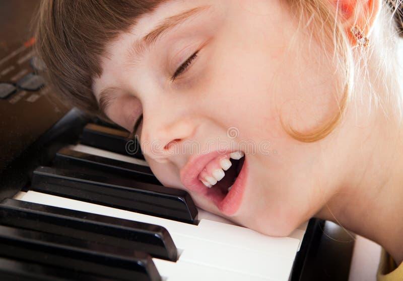 有钢琴的小女孩 库存照片