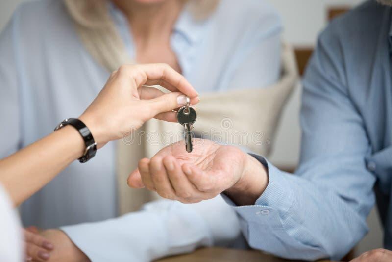 有钥匙的房主夫妇新房从地产商 图库摄影
