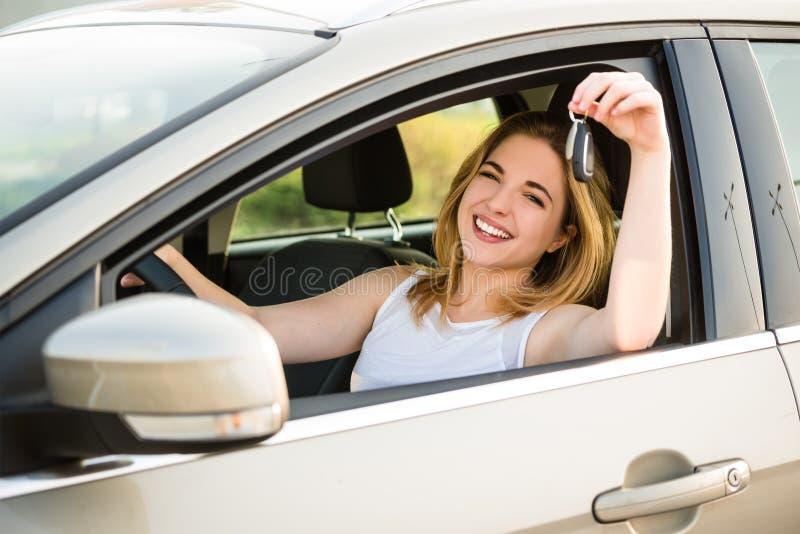 有钥匙的第一个车的少妇 免版税库存图片