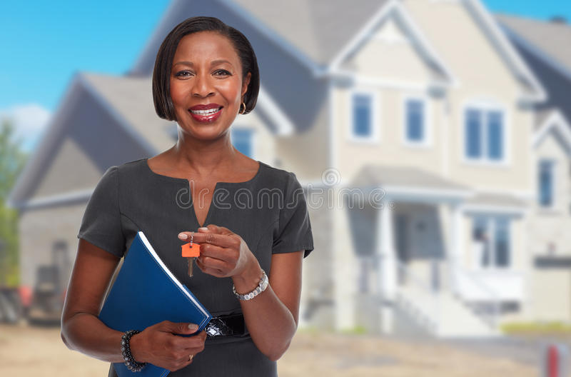 有钥匙的非裔美国人的地产商妇女 免版税库存照片