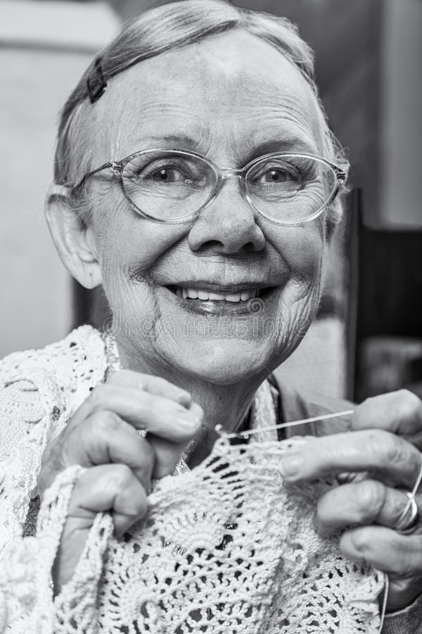 有钩针编织的好妇女 免版税图库摄影