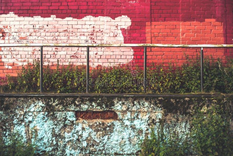 有铁扶手栏杆的红色和蓝色砖墙 免版税图库摄影