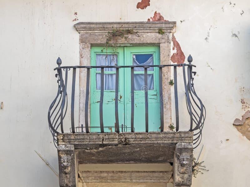 有铁楼梯栏杆的阳台在一个老房子在克罗地亚 库存照片