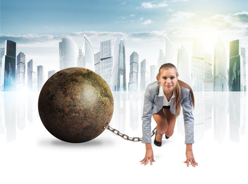 有铁球的女实业家 免版税库存图片