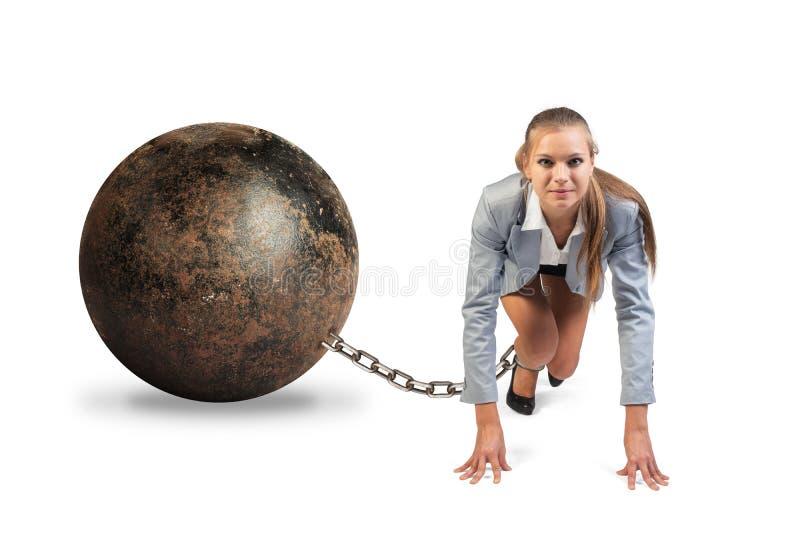 有铁球的女实业家 库存图片
