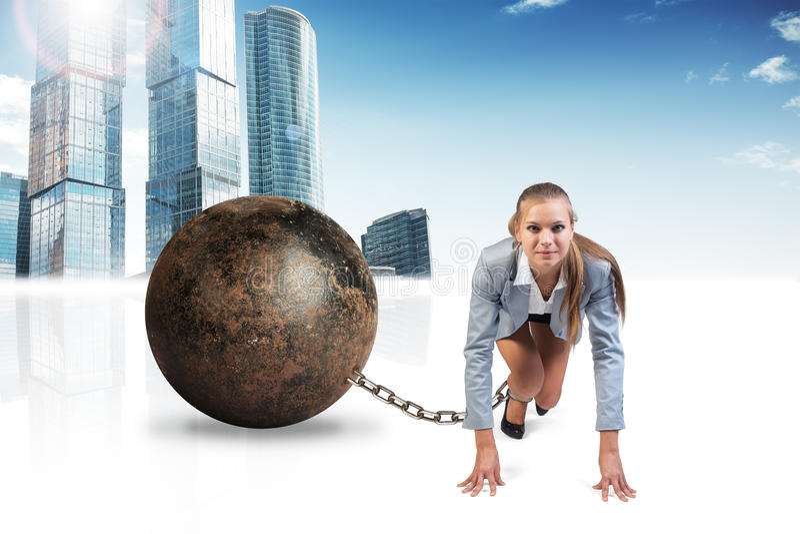 有铁球的女实业家 免版税库存照片