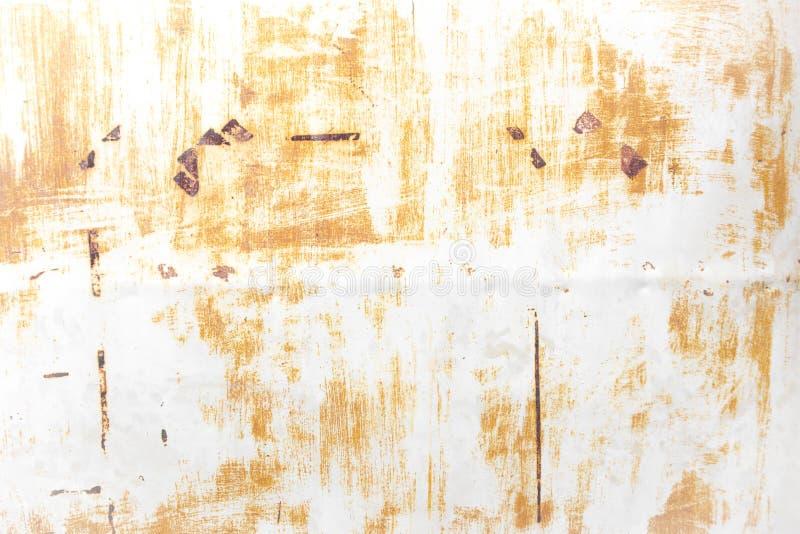 有铁锈和被剥皮的油漆的白色罐子墙壁 库存图片