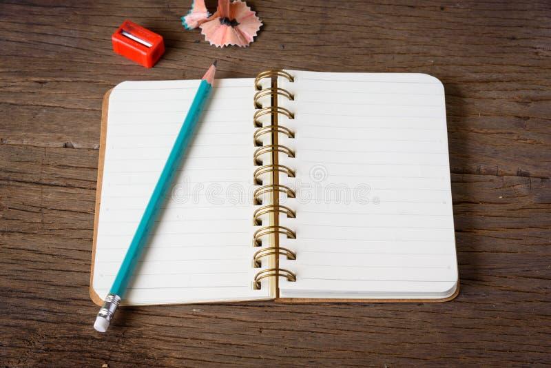 有铅笔和铅笔的一个被打开的笔记本 免版税图库摄影