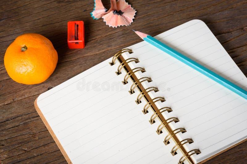 有铅笔的一个被打开的笔记本 库存照片