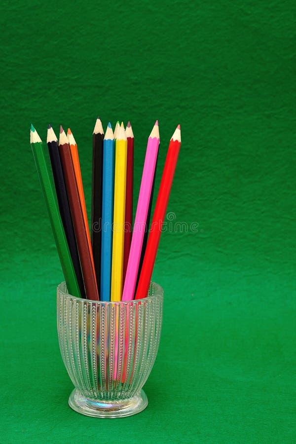 有铅笔的一个玻璃容器 免版税库存图片