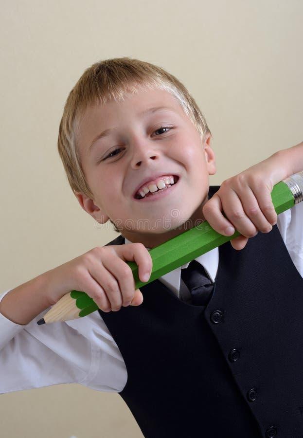 有铅笔的勇敢的男小学生 免版税库存照片
