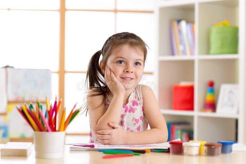 有铅笔的梦想的儿童女孩在托儿所 免版税图库摄影