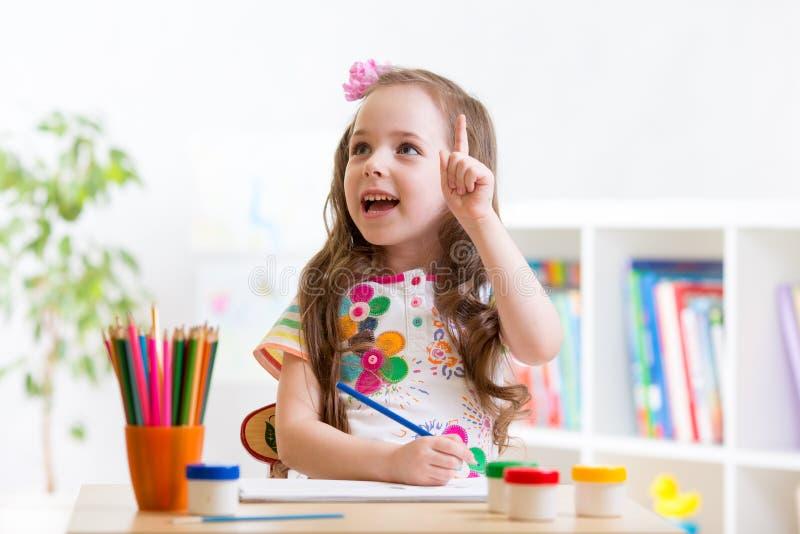 有铅笔的梦想的儿童女孩 库存照片